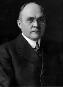 photo a man in a suit and tie  with glasses